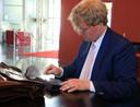 Jos van Ginneken kijkt zijn stukken na in de foyer van het Scheldetheater voor de aanvang van de raadsvergadering.