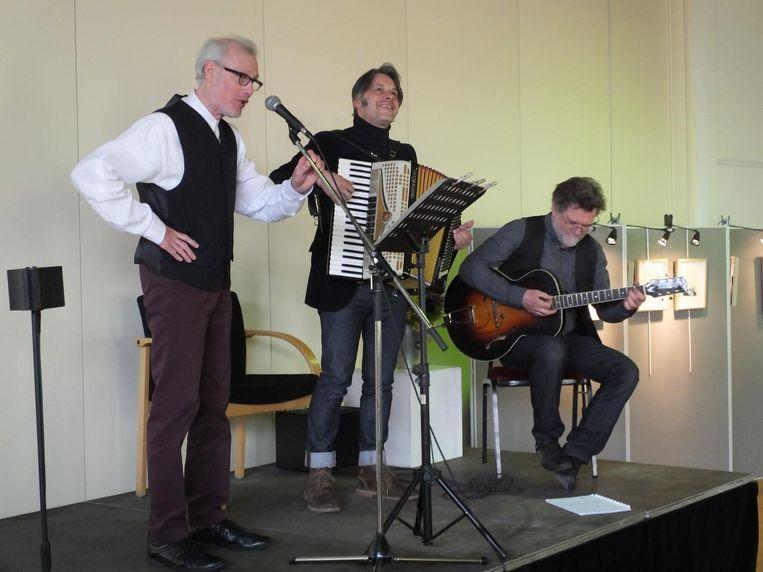 Urbain Nachtergaele zingt live zijn Nazarethse tango met accordeonist Hans Mortelmans en gitarist Dirk Verhegge.