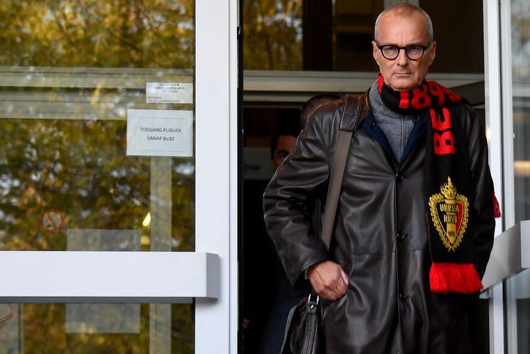 Advocaat Hans Rieder, die de verdediging van Bart Vertenten op zich neemt en onderzoeksrechter Raskin wraakte, met een sjaal van de Rode Duivels.