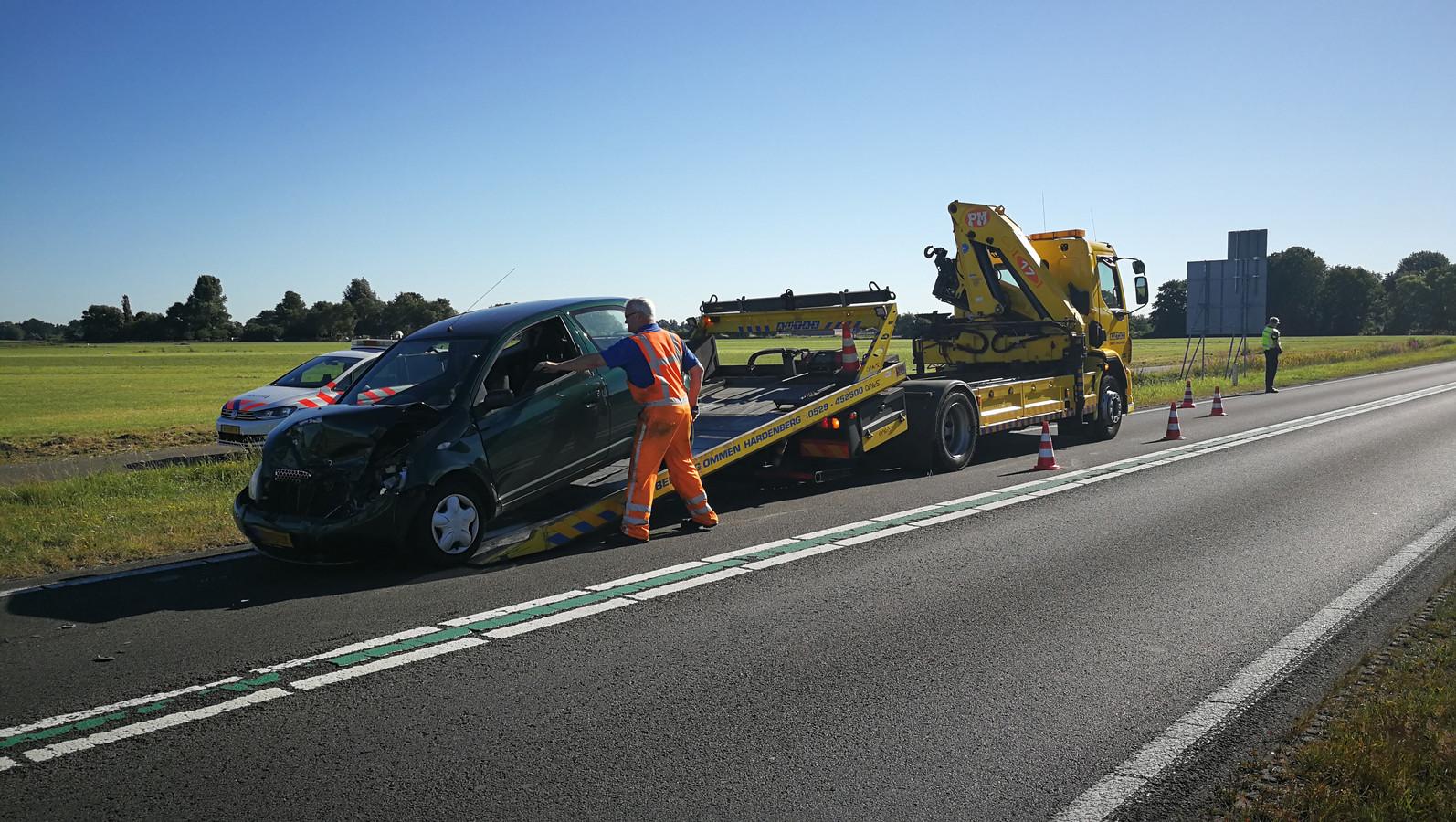 Verschillende auto's werden weggesleept.