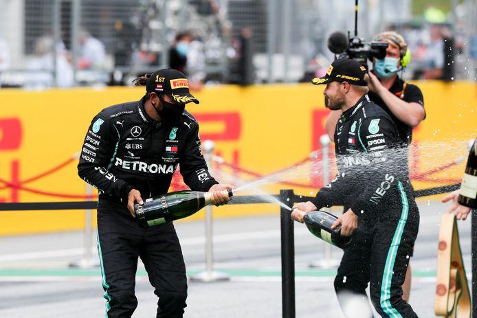 Vertrouwd podiumbeeld: Hamilton trakteert ploegmaat Bottas op een champagnedouche.