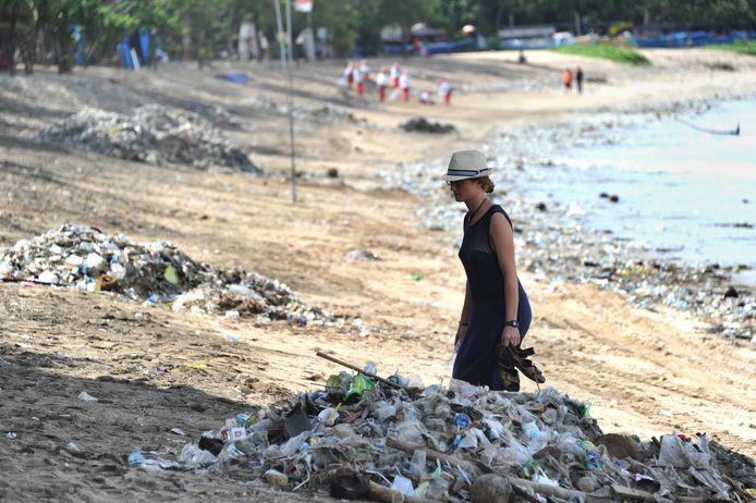Een toerist op Kuta Beach