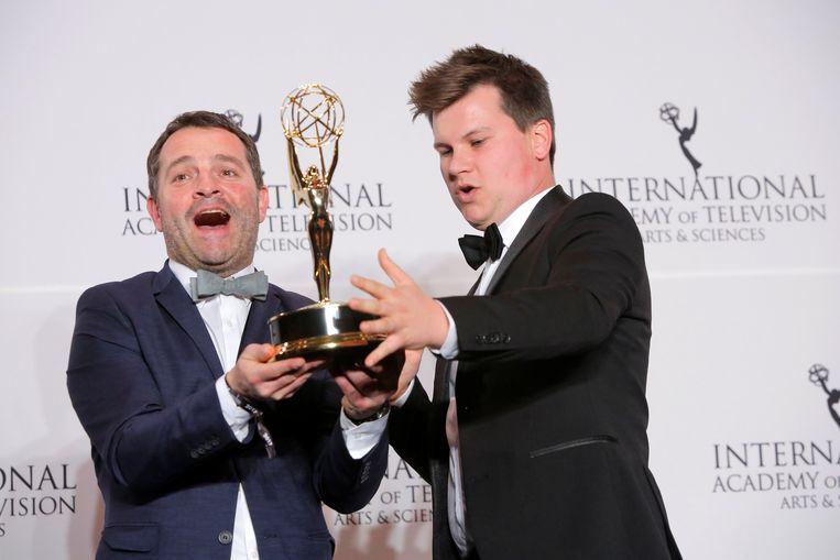 Adriaan Van den Hoof en bedenker Kamiel De Bruyne met hun International Emmy Award voor 'Sorry Voor Alles', vorige week in New York. Beeld REUTERS