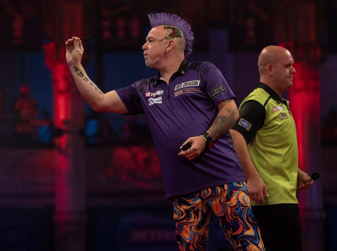 Peter Wright en Michael van Gerwen in hun onderlinge halve finale.