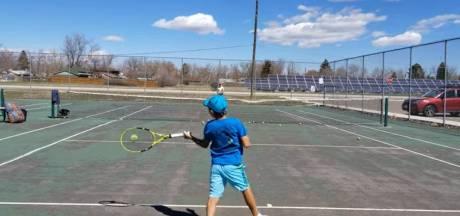 Gaat deze jongen (10) het tennis veranderen met zijn bijzondere manier van spelen?