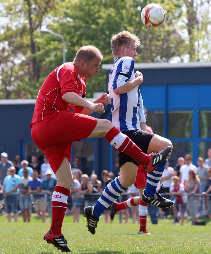IJzendijke-aanvaller Job Wiersum (rechts) opende de competitie met vier goals.