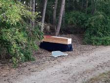 Doodskist jaagt wandelaars in bos stuipen op het lijf