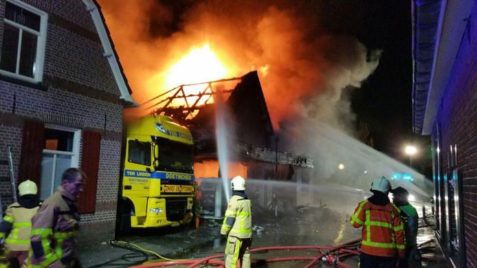 De brandweer is aan het blussen in de Deken Nijkampstraat in Ulft.