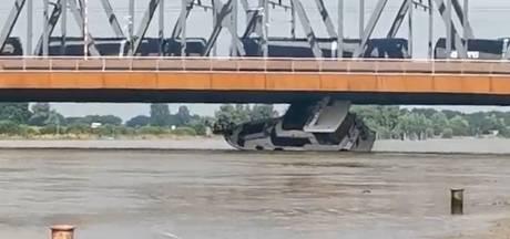 Un yacht de plaisance entre en collision avec un pont