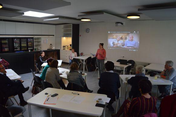 Het stadsbestuur probeerde via een forum een diverse groep geïnteresseerden samen te krijgen die aan een Dementievriendelijk Poperinge willen werken.
