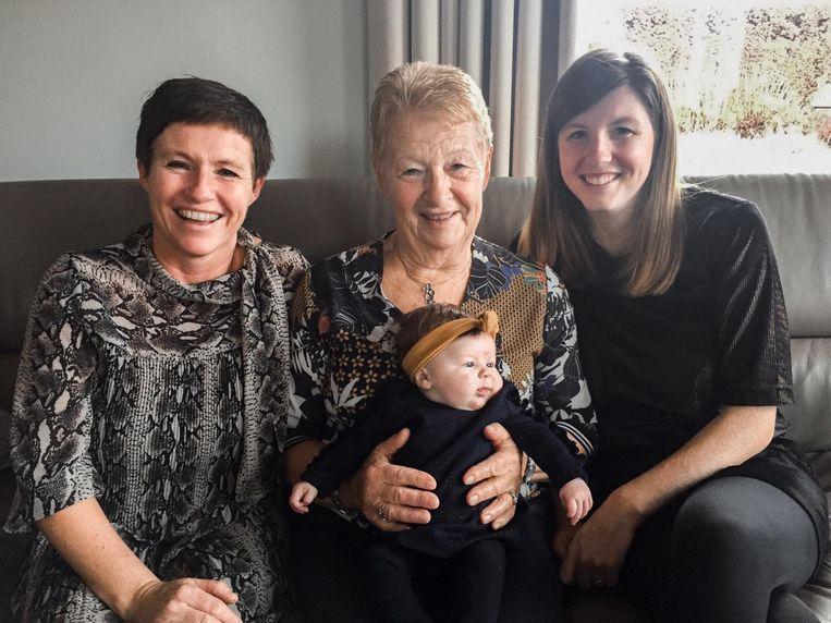 Oma Veerle Verhulst, overgrootmoeder Lea David en mama Charlotte Snauwaert samen met de jongste telg van het viergeslacht: Juliette.