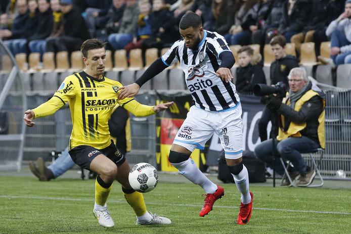 Brandley Kuwas, de sterspeler van Heracles, in duel met Moreno Rutten van VVV-Venlo.