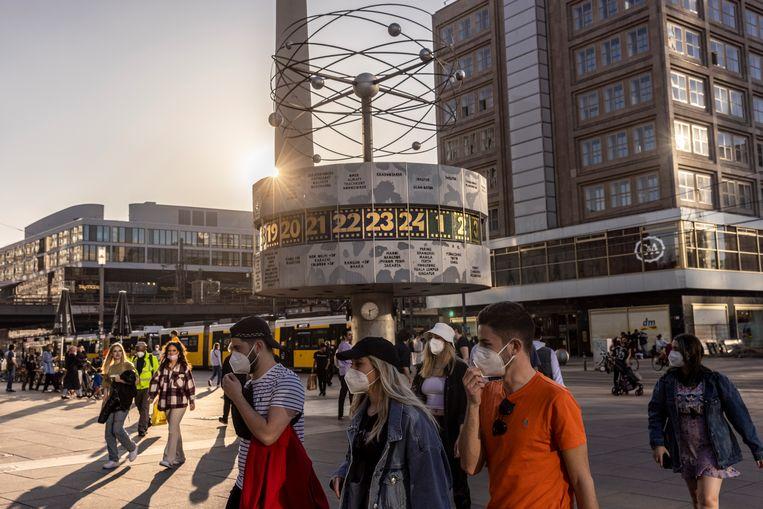 Op de Alexanderplatz blijven mondmaskers het straatbeeld beheersen.  Beeld Getty Images