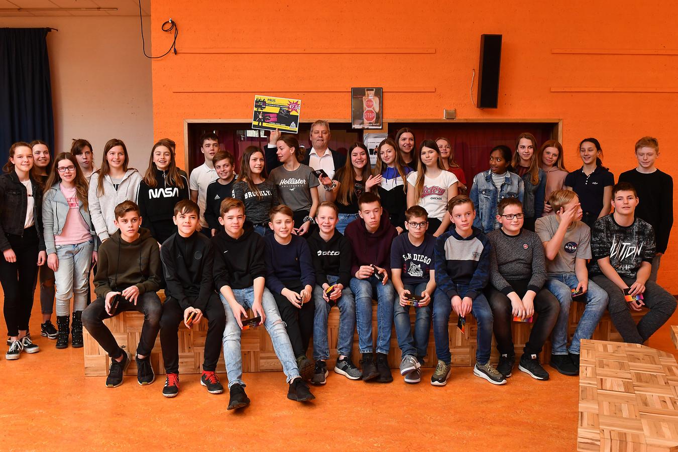 Deelnemers aan de trashwedstrijd van het Millse Merletcollege.
