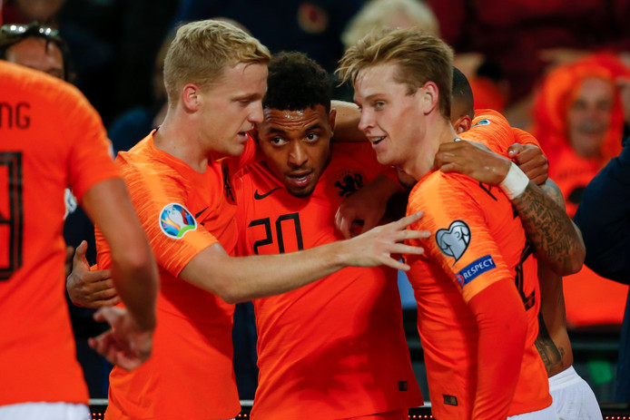 Donny van de Beek van Ajax (links) en Donyell Malen van PSV (midden) zijn met hun clubs in de eredivisie elkaars concurrenten.