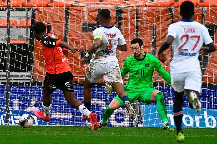 Moffi bezorgt Lorient de zege tegen Paris Saint-Germain met een laat doelpunt.