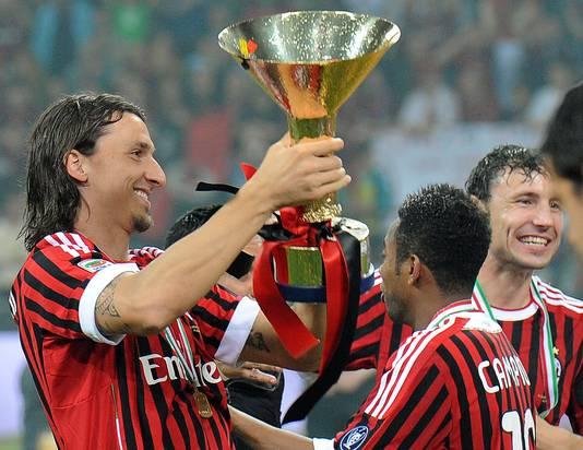 Zlatan Ibrahimovic in 2011 met de landstitel. Rechts Mark van Bommel.