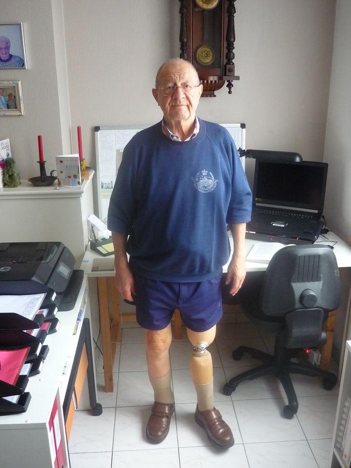 Tony Peeters chez lui avec sa prothèse.
