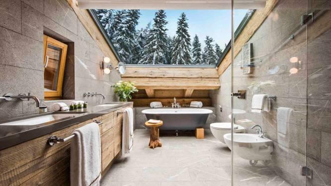In deze luxechalet lig je in bad met zicht op besneeuwde boomtoppen