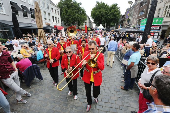 Breda Jazz Festival Breda 2014. met de Red Jackets Jazzband op de Grote Markt,