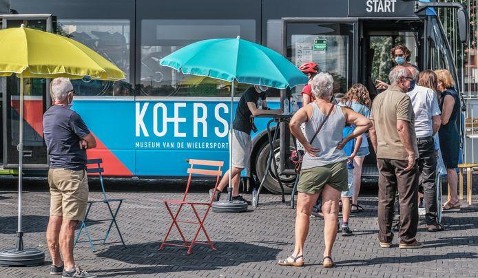 De KOERSbus hield in Waregem op de Zuiderpromenade halt.