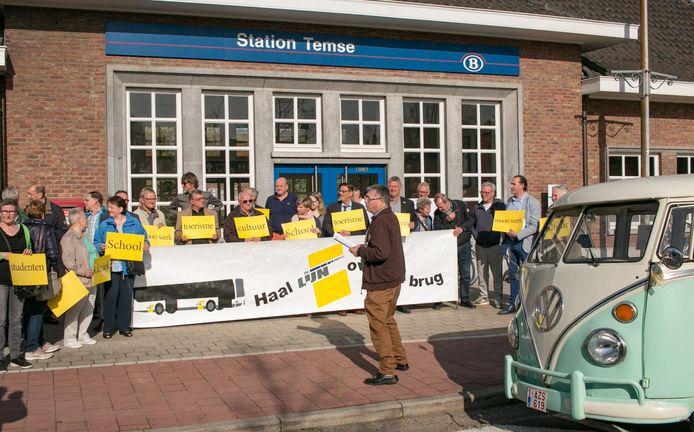 De burgerbeweging 'Haal De Lijn over de Brug' in actie aan het station van Temse.