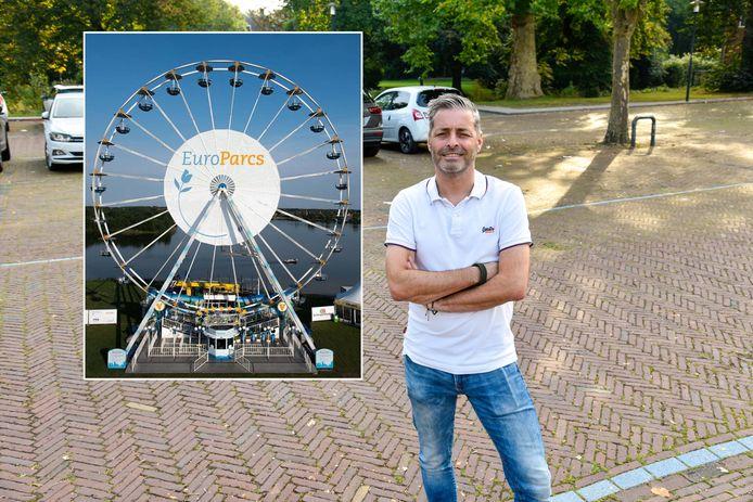 Denny van Drogenbroek op de Markt in Breukelen. Links in het kader het reuzenrad dat in Breukelen komt.