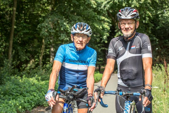 Theo Ankoné (links) en zijn coach en begeleider Atty Duijn reden maandag een laatste testrit voor de werelduurrecordpoging in Geleen. Ankoné: ,,Ik voel me goed en die tocht over 45 kilometer verliep soepeltjes.''