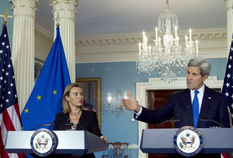 Federica Mogherini en John Kerry samen op een gemeenschappelijke persconferentie in Washington op 21 januari. Beeld AP