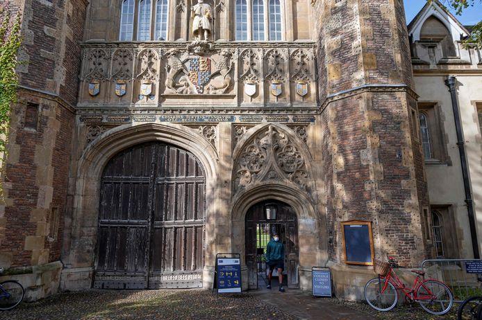 Een student aan Trinity College,  onderdeel van de universiteit van Cambridge in het oosten van Engeland.