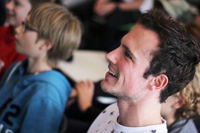 Koen Schobbers speelde al vanaf zijn 15e op professioneel niveau videogames, tegenwoordig helpt hij ouders.