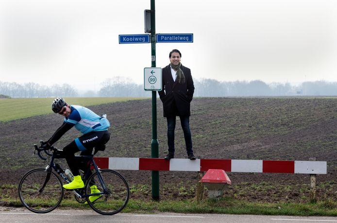 Wethouder Sander van 't Foort bij de Emminkhuizerberg, de plek waar de windmolens in Renswoude moeten komen.