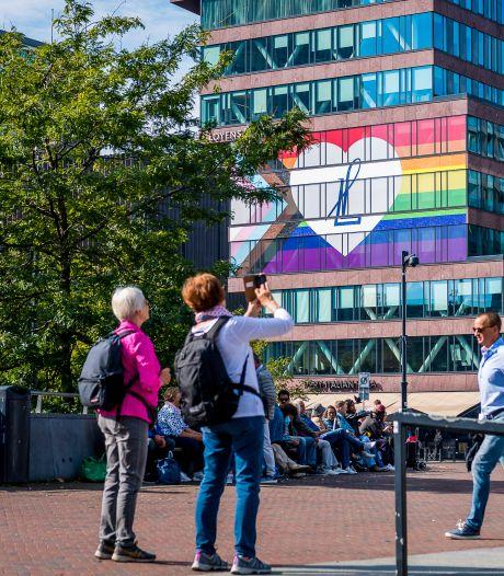Wie heeft de grootste? Nou, Rotterdam, met giga-regenboogvlag op advocatenkantoor