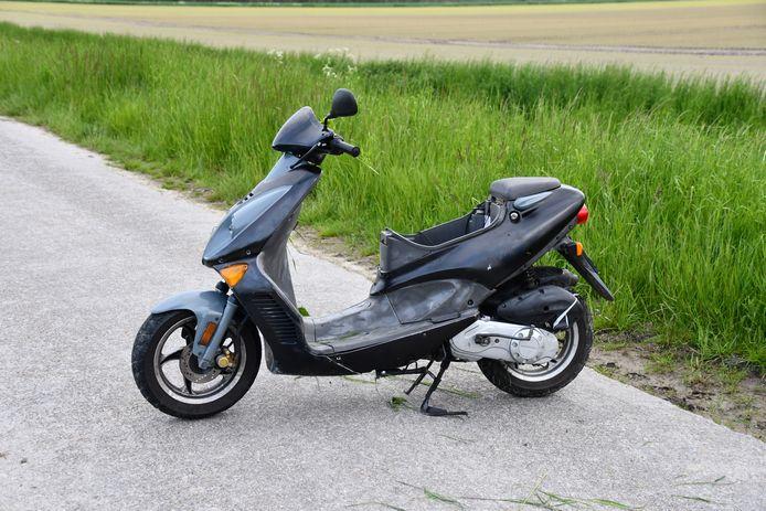 De bestuurder van de scooter is uiteindelijk te voet op de vlucht geslagen.