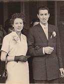 De verlovingsfoto van Mini en Wim de Vries. Ze trouwen op 6 juli 1958 en beloven elkaar trouw tot in de dood.