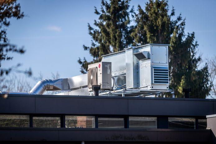 Een van de vijf units op het lage dak van basisschool de Meent in Waalre. De gehele installatie heeft volgens omwonenden veel weg van een olieraffinaderij en zorgt voor de nodige reuring in de buurt.
