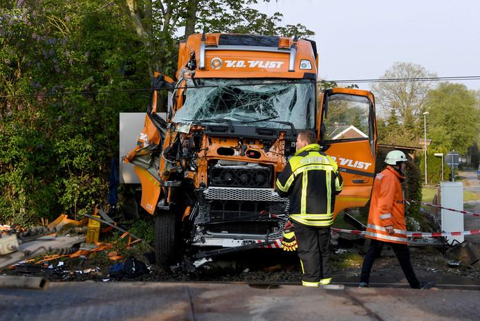 Duitse brandweerlieden bij de volledig verwoeste vrachtwagencabine.