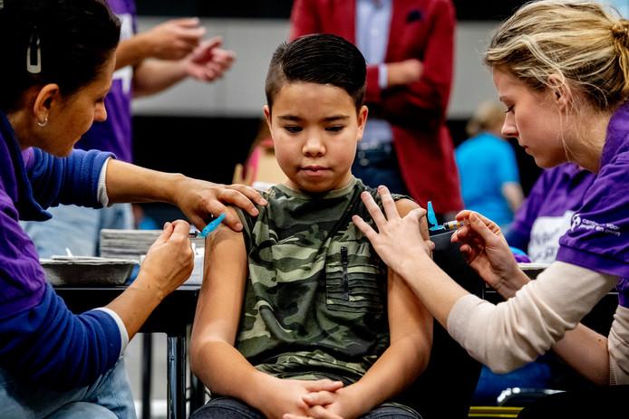 Een medewerker van het Centrum voor Jeugd en Gezin vaccineert tegen meningokokken.