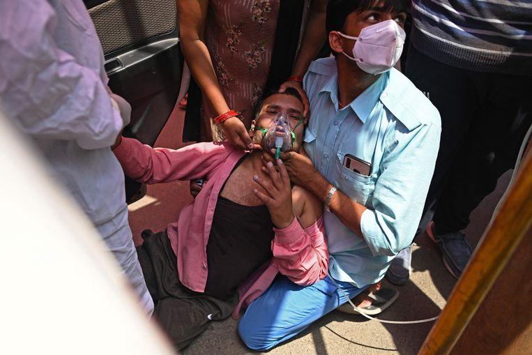 Een coronapatiënt in Ghaziabad krijgt zuurstof toegediend.  Beeld AFP