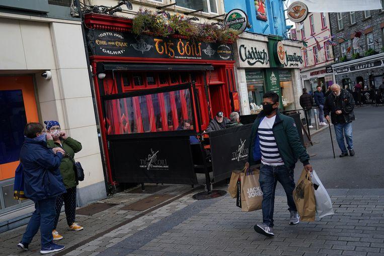 Mensen op straat met mondkapjes in Galway. Beeld REUTERS