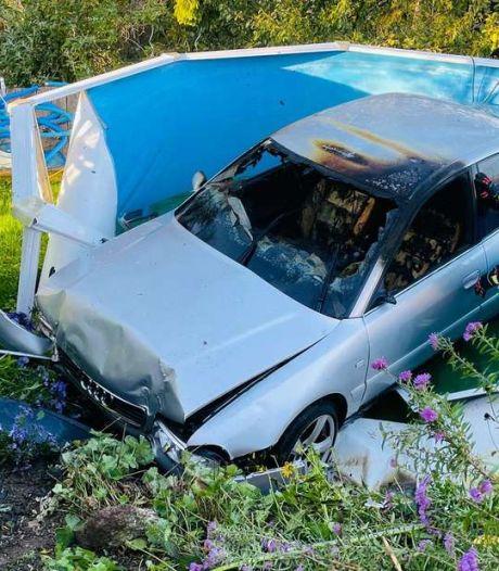 Brandende auto eindigt na James Bond-achtige toeren in zwembad