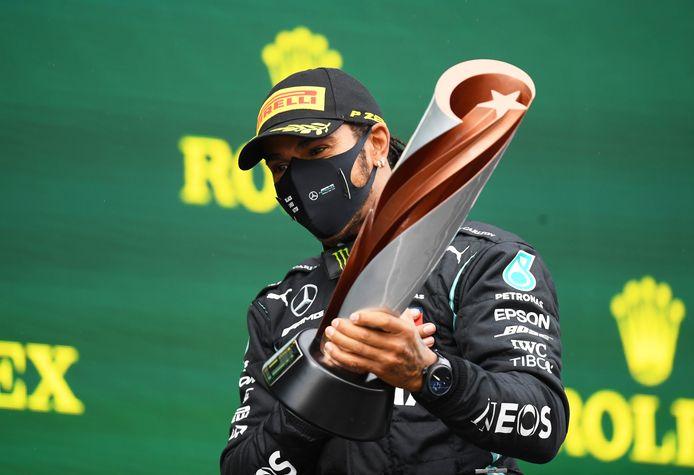 Devenu l'égal de Michael Schumacher avec sept titres de champion du monde, Lewis Hamilton devrait rempiler chez Mercedes.