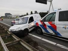 Bedrijfswagen door politie klemgereden op A4 na achtervolging vanuit Leiden