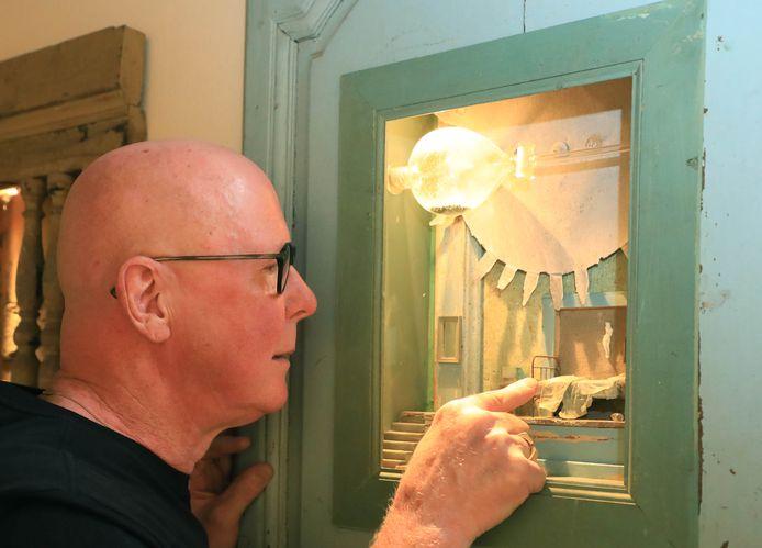Anton d'Hont bij een van de Kijkkasten van Peter Gabriëls in Het Warenhuis.