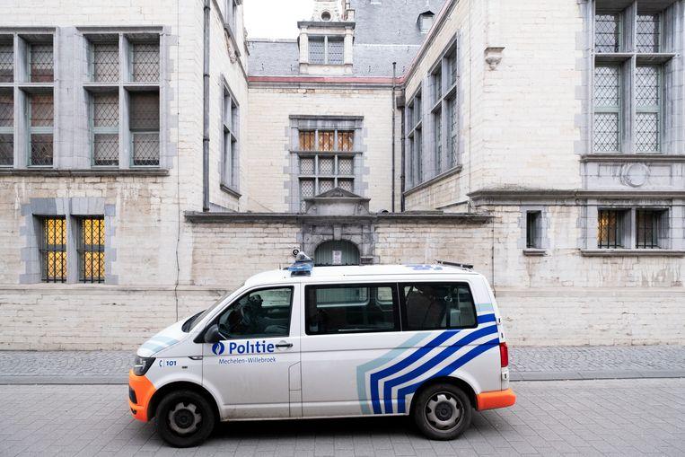 Politiecombi aan het gerechtsgebouw van Mechelen.