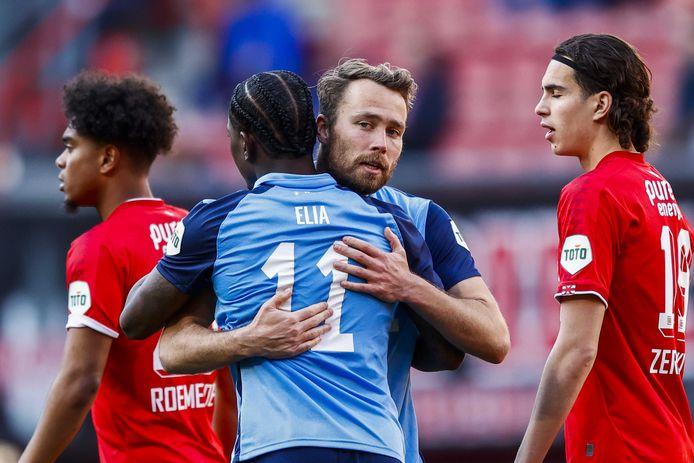 Eljero Elia feliciteert Sander van de Streek met zijn goal.