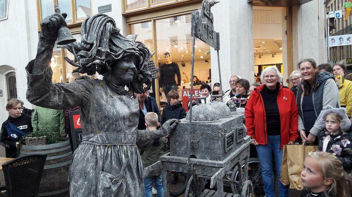 Het belletje weerklinkt voor een 'Zeeuws ijsje' tijden de Kampioenen Parade op zaterdag, een voorproefje op het Het World Living Statues Festival Arnhem op zondag,