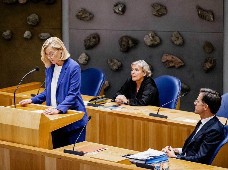 Bijleveld zat er gisterenavond nog stoïcijns bij in de Tweede Kamer toen haar collega Sigrid Kaag haar ontslag bekendmaakte. Beeld ANP