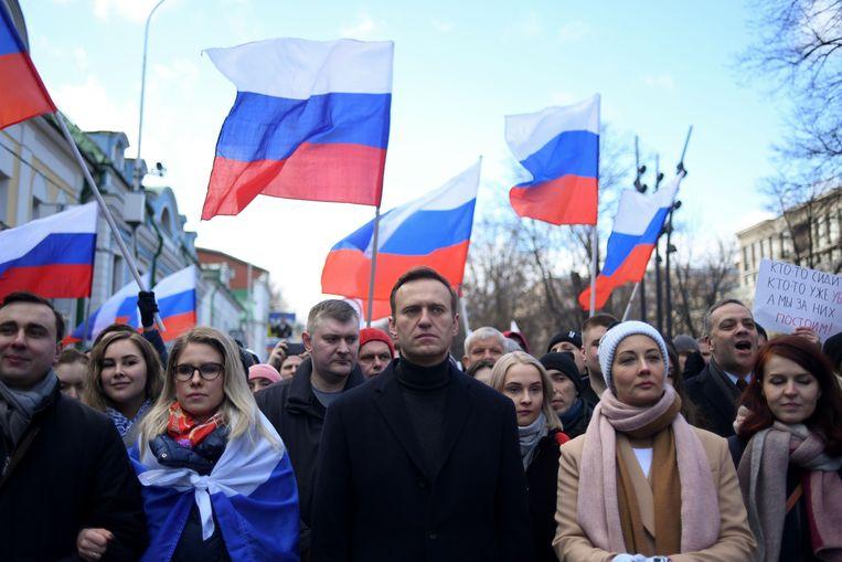 Aleksej Navalny (in het midden) tijdens een demonstratiemars vanwege de moord op oppositieleider Boris Nemtsov. Beeld AFP