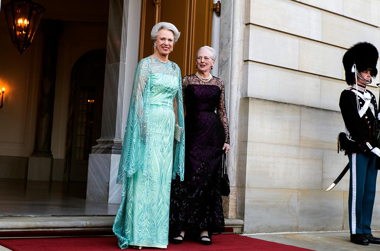 Prinses Benedikte (links), hier naast koningin Margrethe